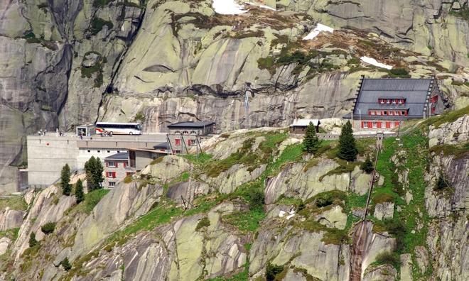 Hai-Van-Pass- One-Of-10-Great-Scenic-Drives-Around-The-World (3)