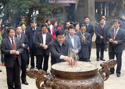 ctn_dang_huong_tuong_niem_cac_vua_hung_tai_khu_di_tich_lich_su_den_hung