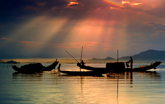 fishing-in-tam-giang-lagoon-hue-1