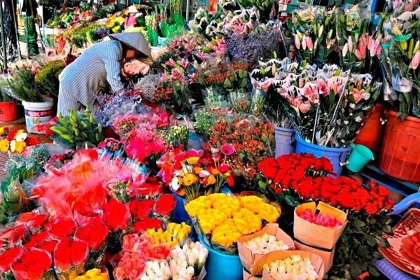 Tam Bac Lake and Flower Market