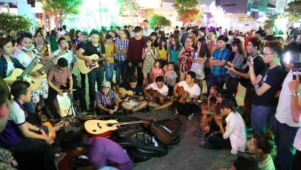 Music on Nguyen Hue street