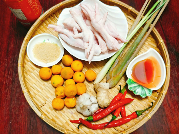 Ingredients of pickled lemongrass chicken legs