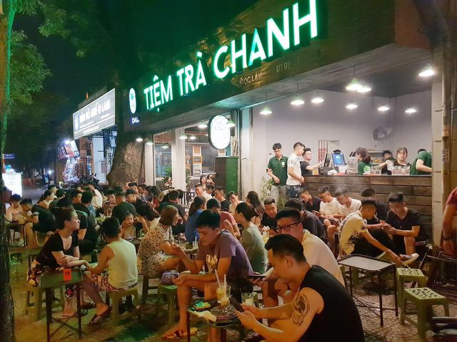 "Youngsters hang out at ""Trà Chanh"" stalls"
